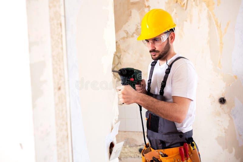 Lavoratore che indossa un casco protettivo giallo fotografie stock libere da diritti