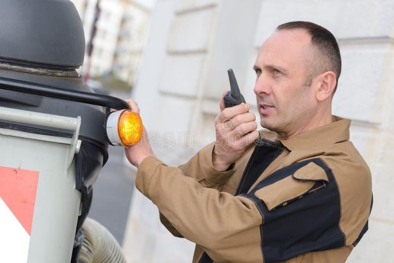 Lavoratore che per mezzo del walkie-talkie fotografia stock