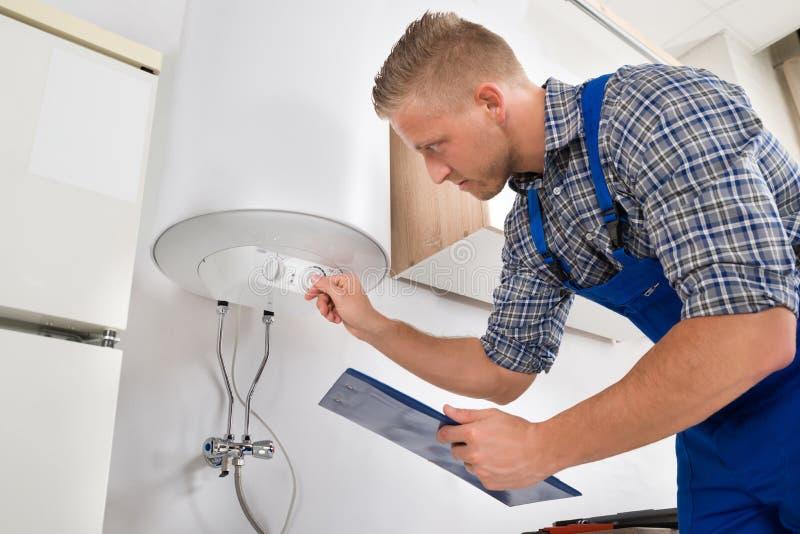 Superb Download Lavoratore Che Regola Temperatura Dello Scaldabagno Immagine Stock    Immagine Di Heating, Casa: