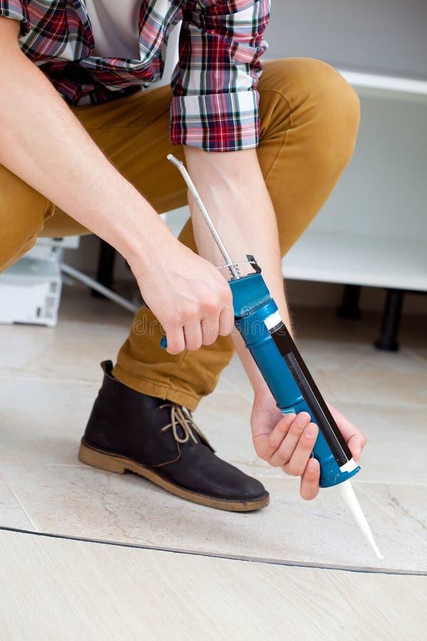 Lavoratore che ripara il pavimento fotografia stock