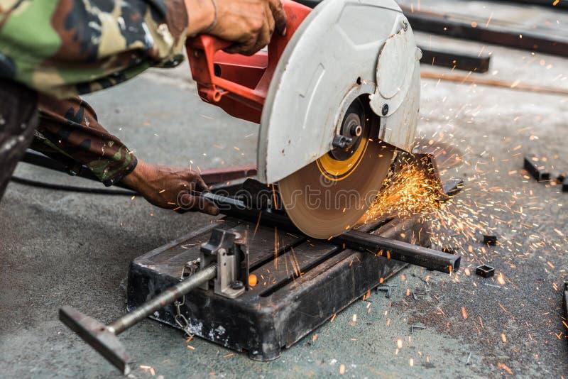 Lavoratore che usando l'acciaio di taglio di macchina fotografia stock