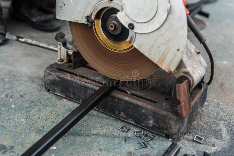 Lavoratore che usando l'acciaio di taglio di macchina immagine stock