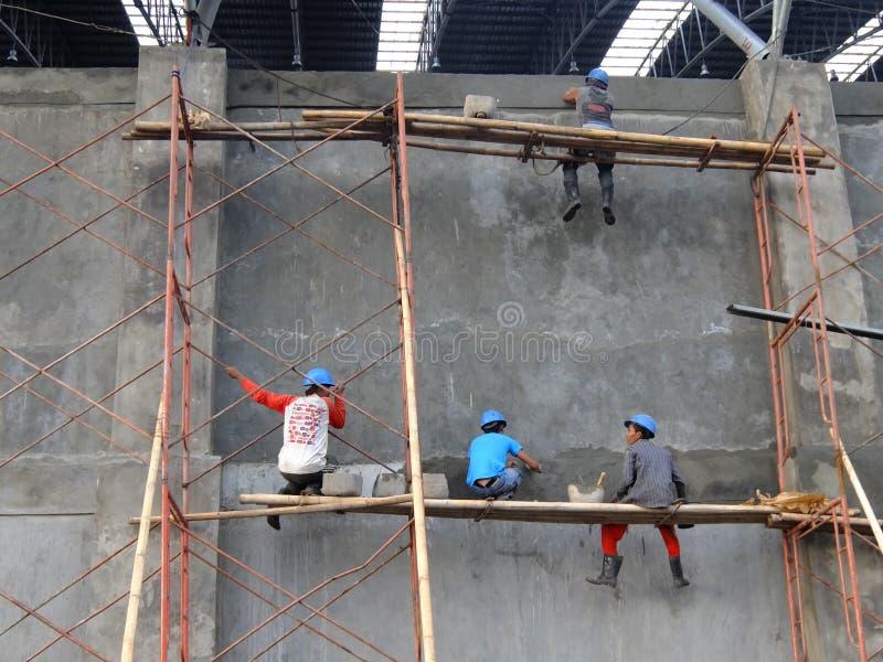 Lavoratore che usando una protezione di sicurezza dei lavoratori che sviluppano un progetto del bacino carbonifero immagine stock libera da diritti