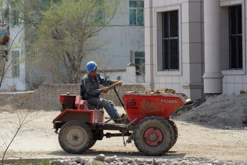 Lavoratore cinese ad un mini-trattore fotografie stock libere da diritti
