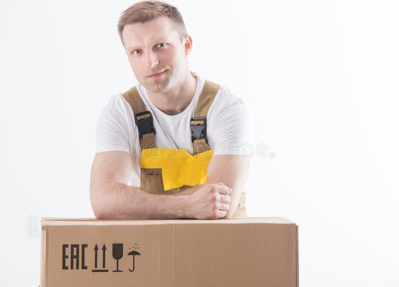 Lavoratore con il contenitore di cartone isolato su fondo bianco fotografia stock