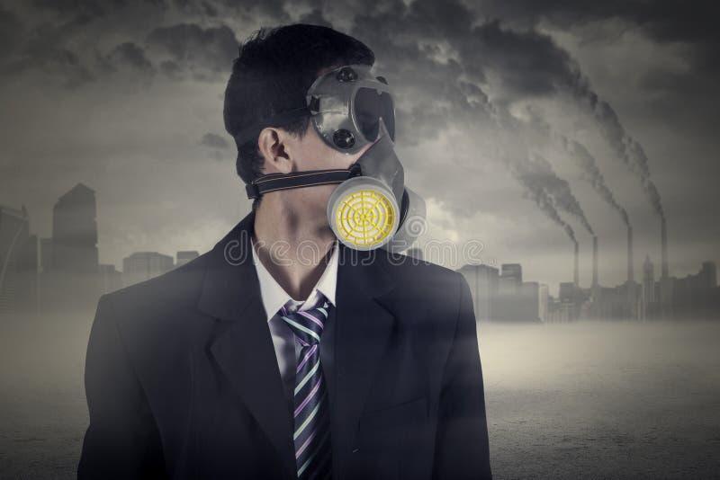 Lavoratore con inquinamento atmosferico della maschera antigas e fotografia stock libera da diritti