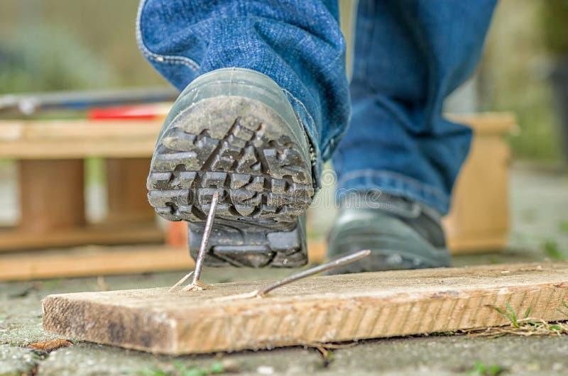 Lavoratore con le scarpe di sicurezza fotografie stock