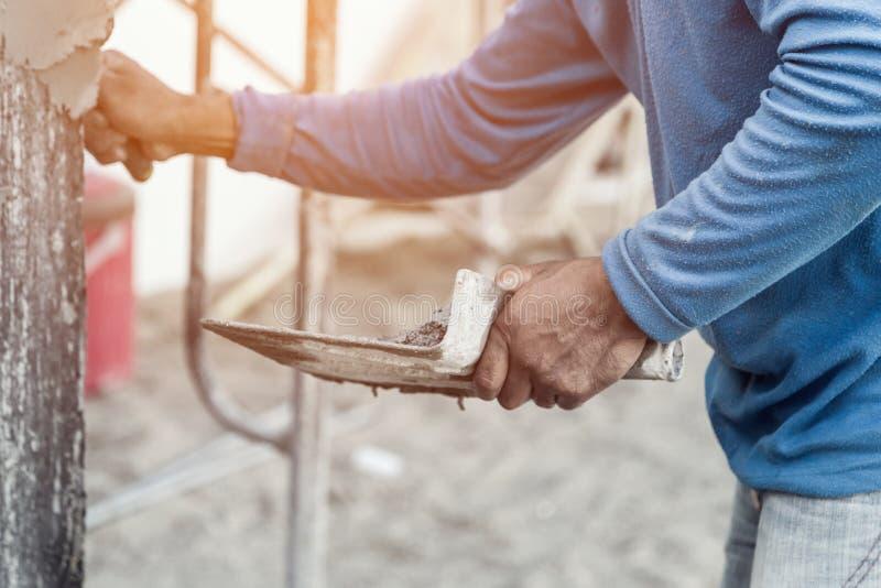 Lavoratore concreto dell'intonacatore alla parete della casa fotografia stock libera da diritti