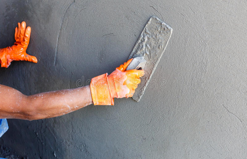 Lavoratore concreto dell'intonacatore alla parete della costruzione della casa immagine stock libera da diritti