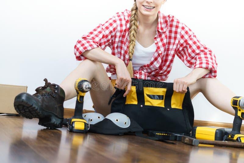 Lavoratore costruttivo della donna con la valigia attrezzi fotografia stock