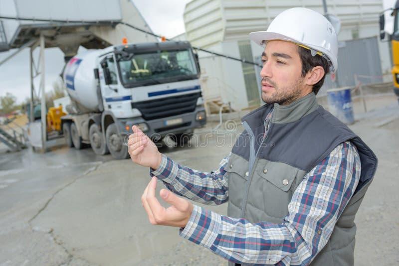 Lavoratore del caporeparto che dà istruzioni ai muratori driver immagine stock libera da diritti