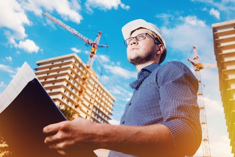 Lavoratore del costruttore della costruzione dell'uomo del primo piano fotografia stock libera da diritti
