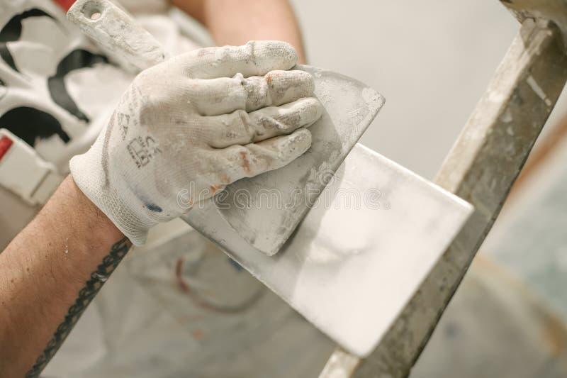 Lavoratore del muratore della costruzione con la spatola ed il mortaio fotografie stock libere da diritti