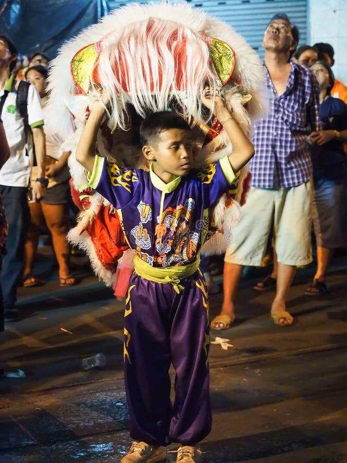 Lavoratore del ragazzo della manifestazione di ballo di leone nel festival vegetariano fotografie stock libere da diritti