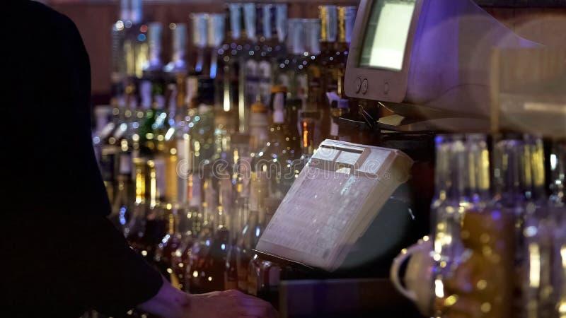 Lavoratore del ristorante che scrive sul registratore di cassa, accettante ordine dal cliente immagine stock libera da diritti