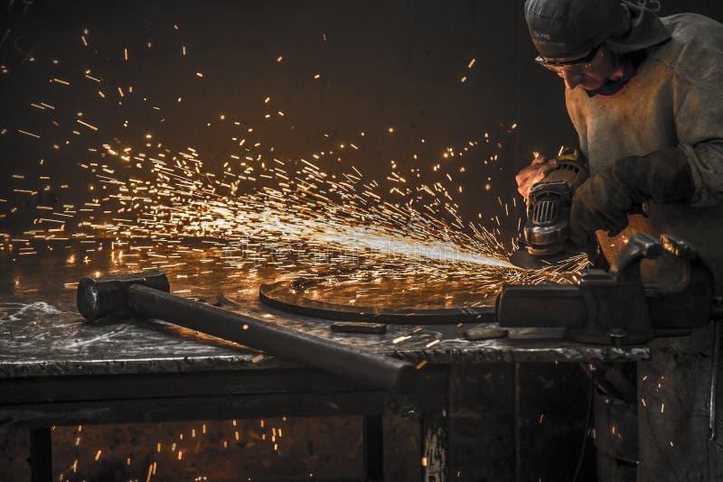 Lavoratore dell'acciaio da utensili del trapano della scintilla immagini stock libere da diritti
