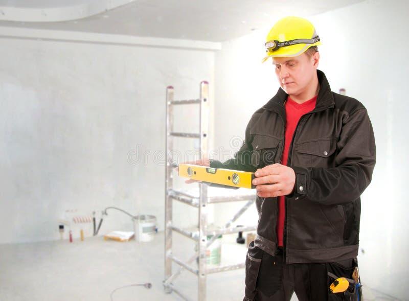 Lavoratore dell'appaltatore con il processo di costruzione di pianificazione del casco fotografie stock libere da diritti