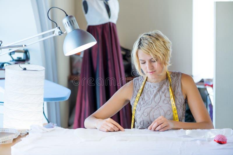 Lavoratore dell'atelier fotografie stock
