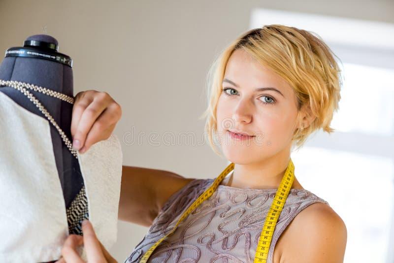 Lavoratore dell'atelier fotografia stock