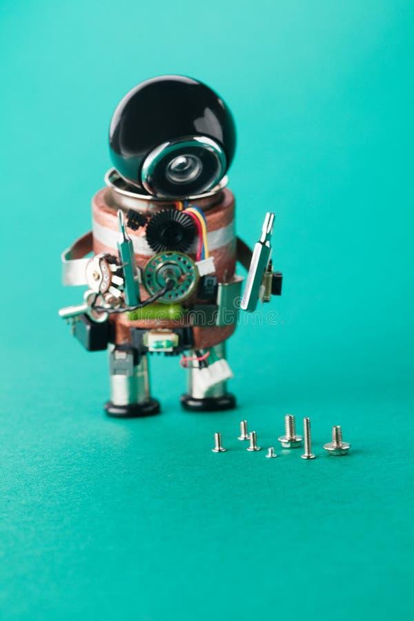 Lavoratore dell'elettricista e viti differenti di dimensione Ripari il robot dell'uomo con il cacciavite Carattere del giocattolo immagini stock libere da diritti