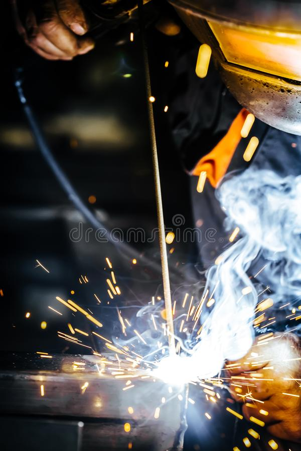 Lavoratore dell'industria al primo piano della saldatura della fabbrica Fuoco selettivo immagine stock libera da diritti