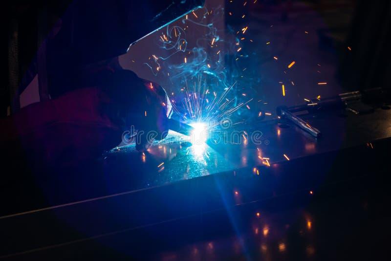 Lavoratore dell'industria alla costruzione d'acciaio di saldatura della fabbrica Saldatore immagine stock