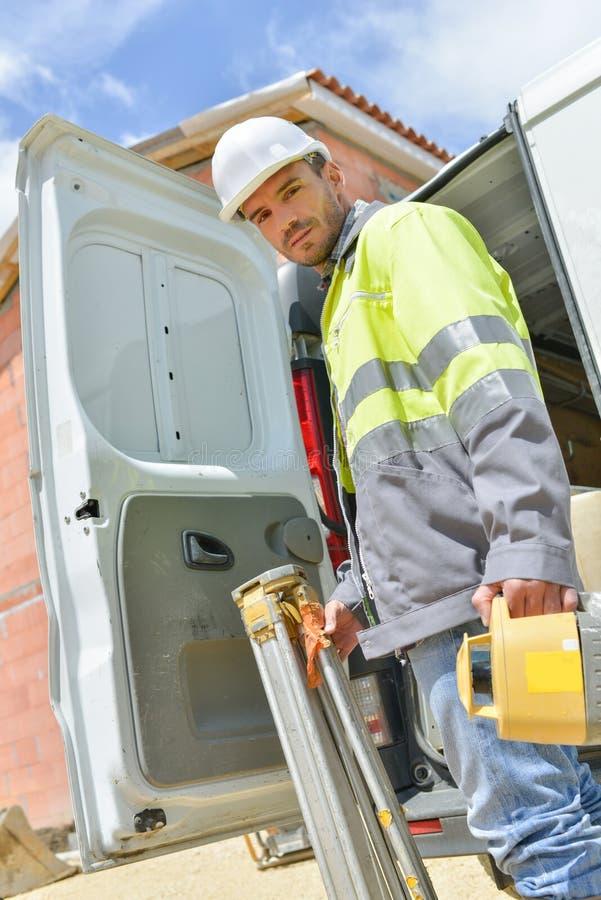 Lavoratore dell'industria che posa accanto al furgone pratico immagini stock libere da diritti