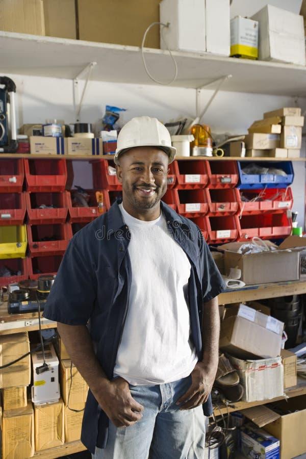 Lavoratore dell'industria nel luogo di lavoro immagine stock
