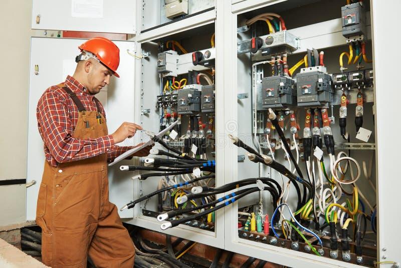 Lavoratore dell'ingegnere dell'elettricista immagini stock