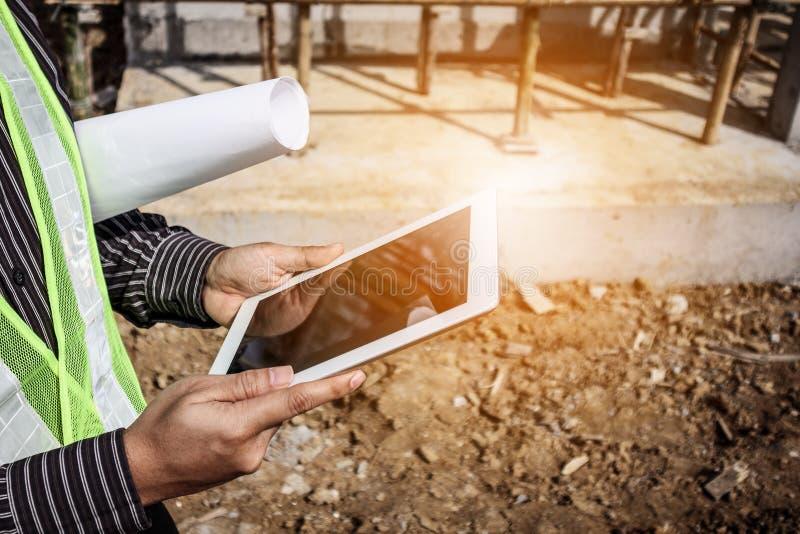 Lavoratore dell'ingegnere di costruzione che per mezzo del computer della compressa fotografie stock libere da diritti