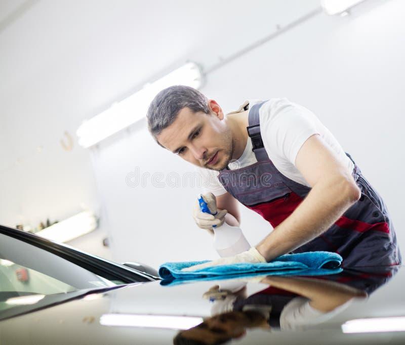 Lavoratore dell'uomo su un autolavaggio immagini stock libere da diritti