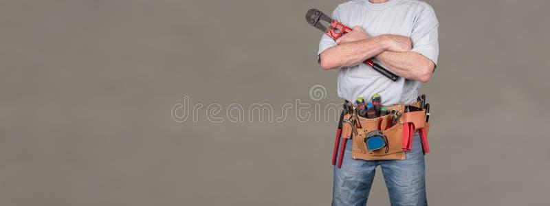 Lavoratore della costruzione con la cinghia dello strumento fotografia stock