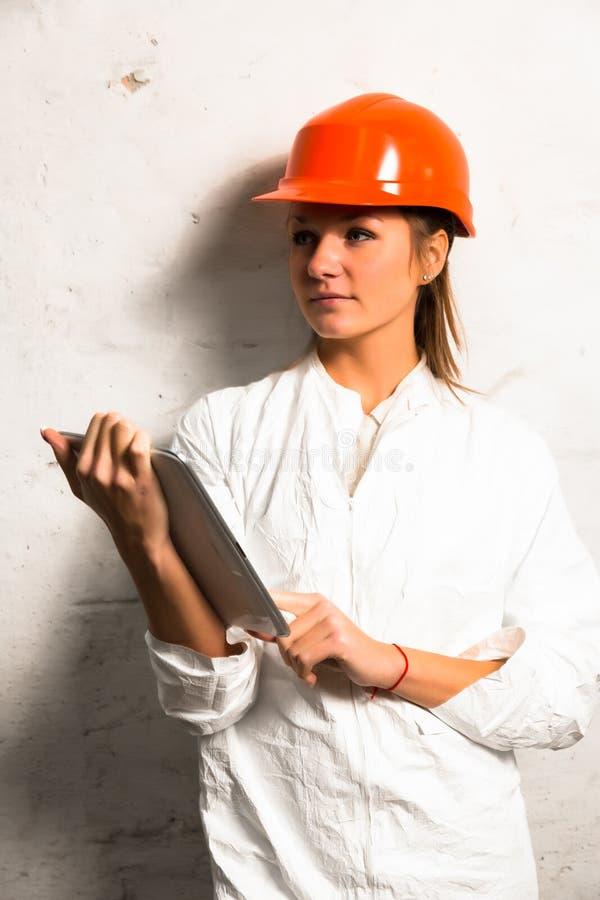 Lavoratore della ragazza nella fabbrica immagine stock