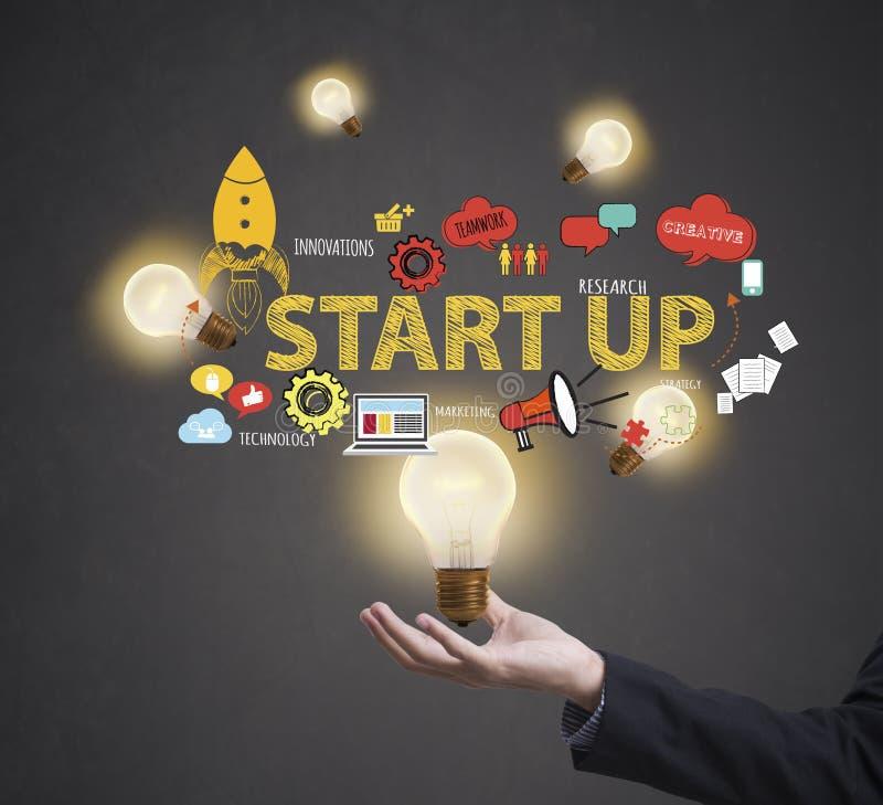 Lavoratore di affari con la lampadina il concetto inizia sulle nuove idee illustrazione vettoriale