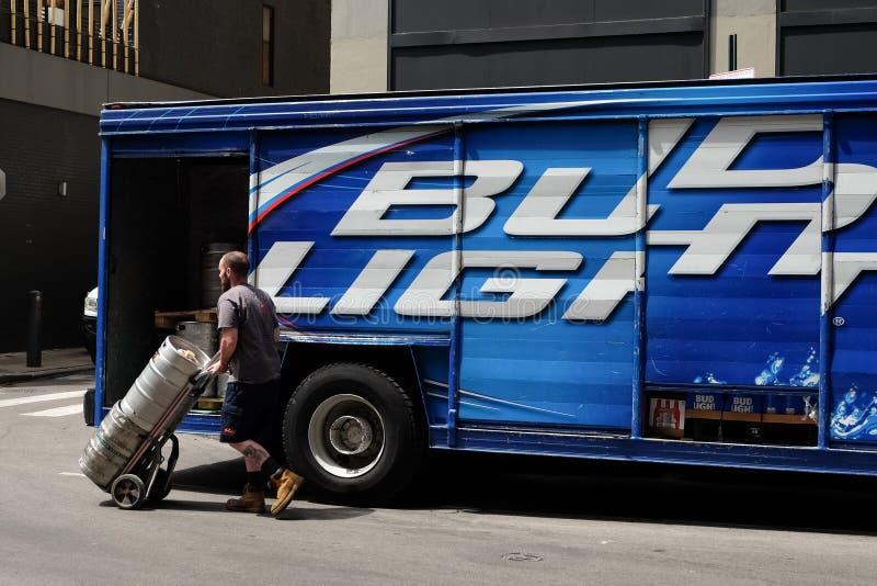 Lavoratore di consegna con i barilotti di birra fotografia stock