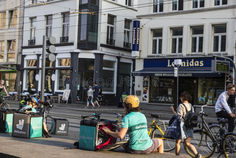Lavoratore di Deliveroo a Gand, Belgio fotografia stock libera da diritti