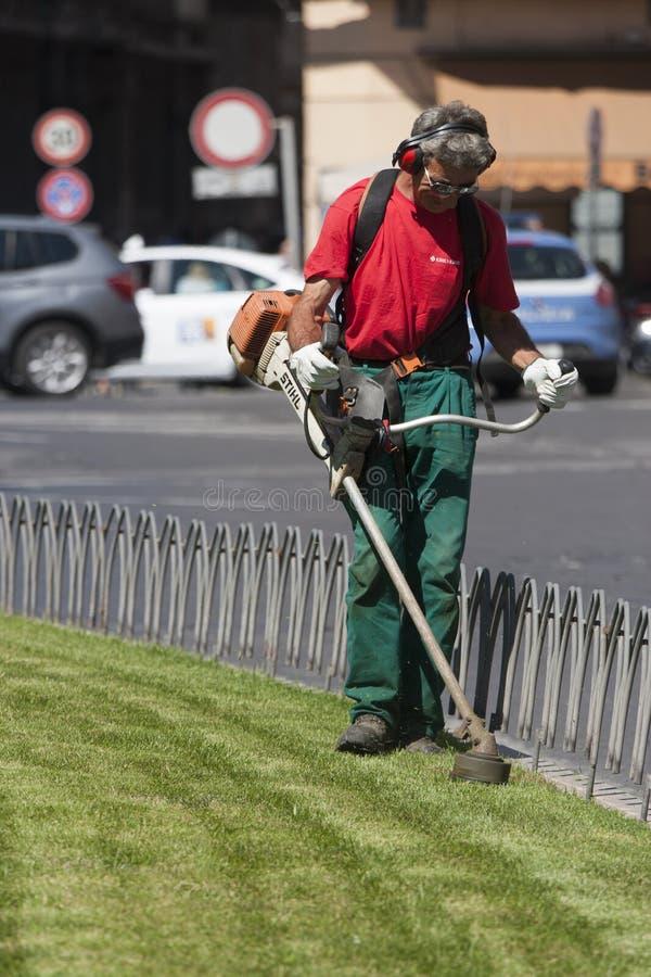 Lavoratore di falciatura (piazza Venezia - Roma) fotografia stock