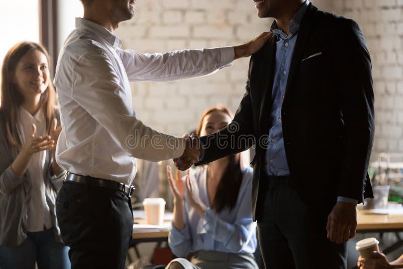 Lavoratore di handshake del responsabile del direttore esecutivo che promuove motivati immagine stock libera da diritti
