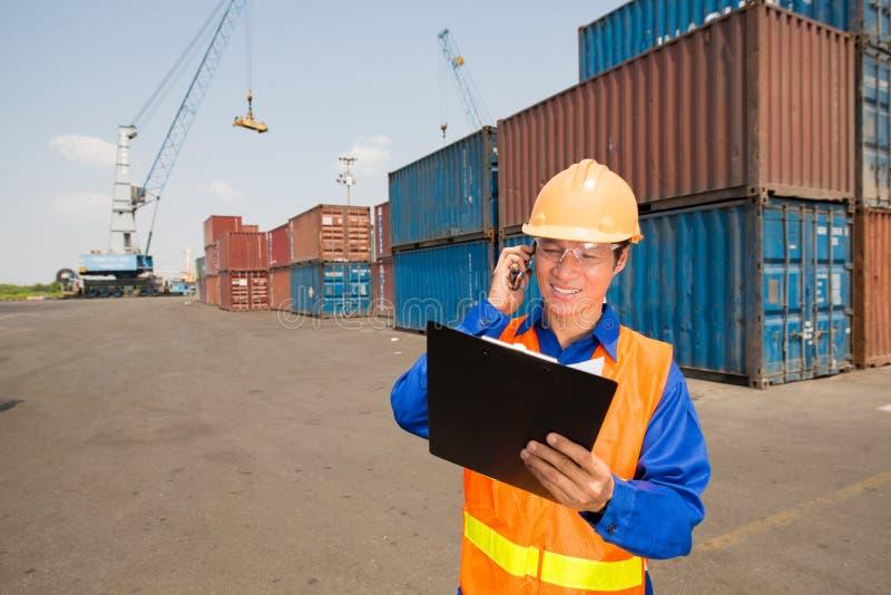 Lavoratore di porto sul lavoro fotografia stock