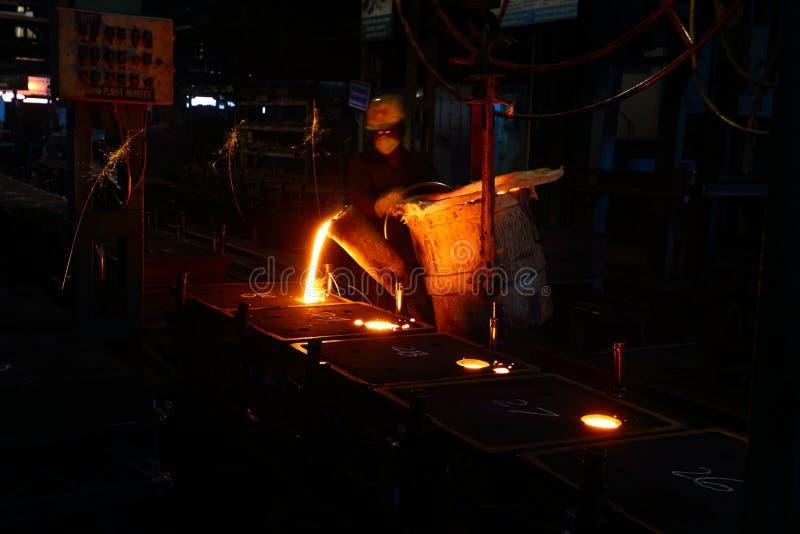 Lavoratore di versamento del metallo immagine stock libera da diritti