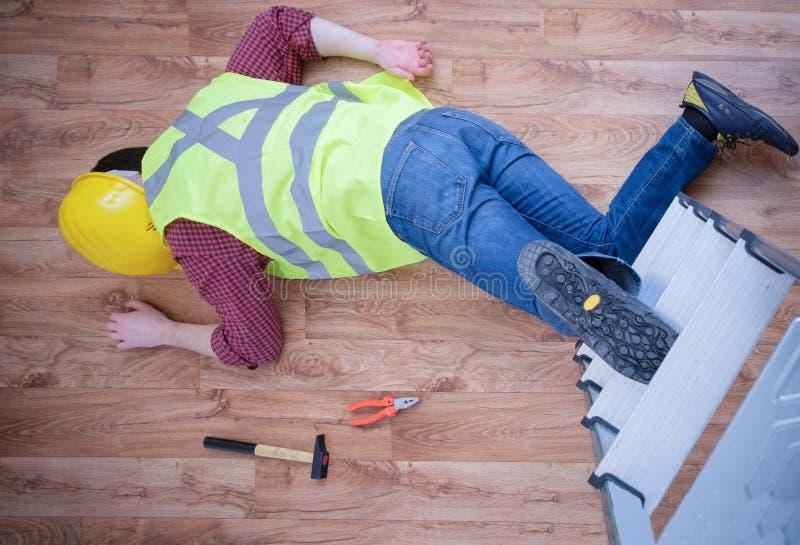 Lavoratore doloroso dopo sulla lesione di lavoro immagini stock libere da diritti
