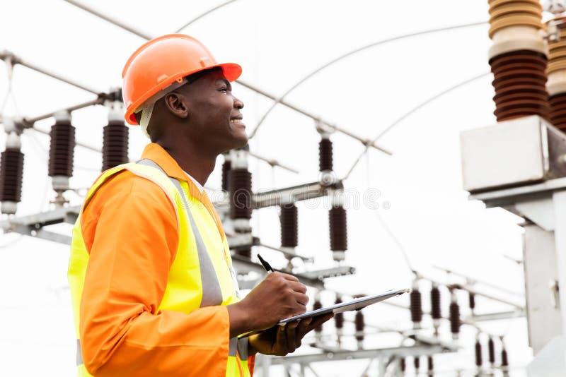 Lavoratore elettrotecnico africano maschio fotografie stock
