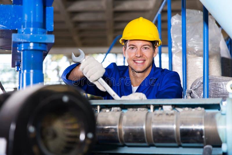 Lavoratore in fabbrica immagine stock libera da diritti