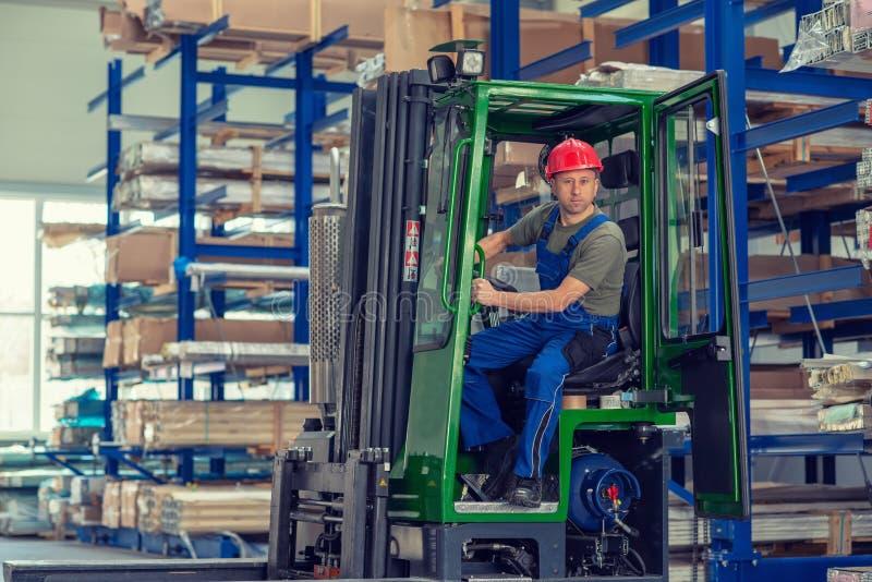Lavoratore in fabbrica in carrello elevatore con il pollice su fotografie stock