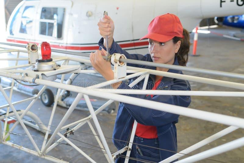 Lavoratore femminile dell'aeroporto in capannone fotografia stock