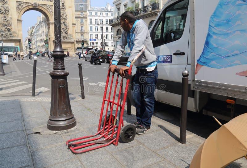 Lavoratore a giornata migratore a Parigi, Francia fotografia stock