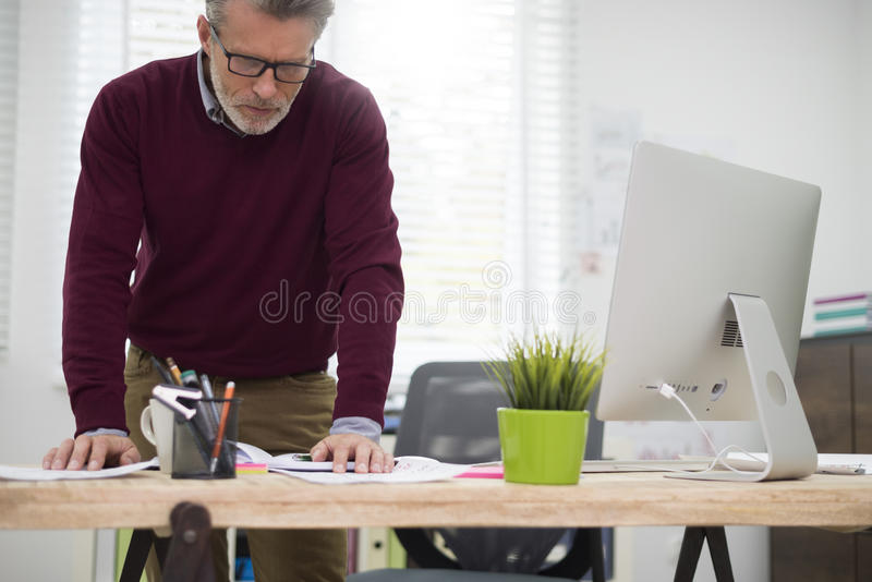 Lavoratore nell'ufficio fotografia stock libera da diritti