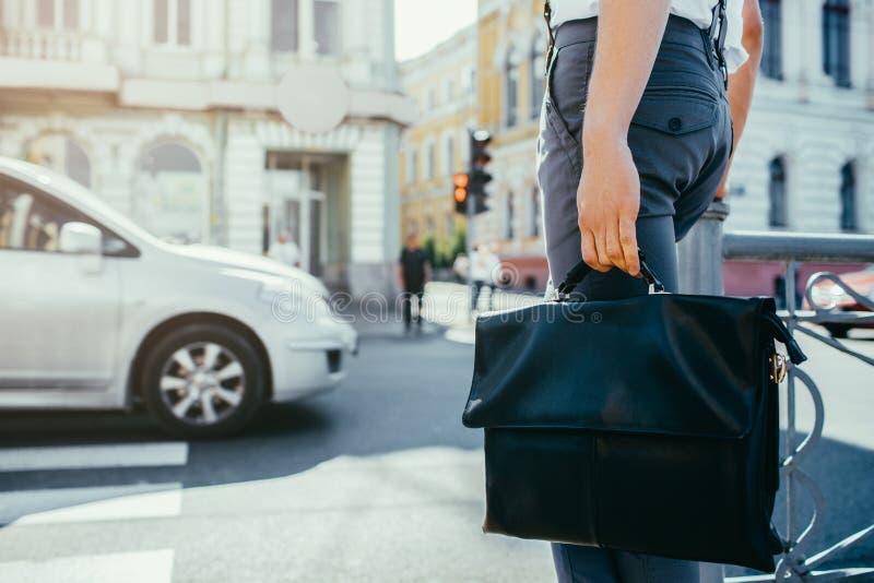Lavoratore occupato urbano di attraversamento della via della città di stile di vita fotografia stock