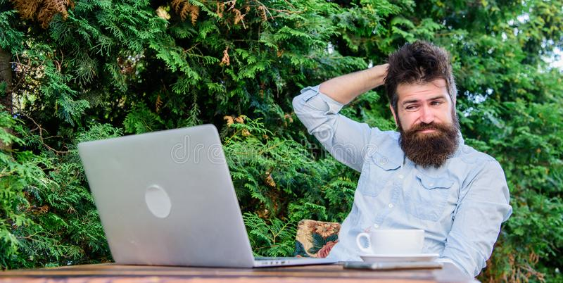 Lavoratore online di mass media Scriva l'articolo per la rivista online Uomo che cerca ispirazione Trovi l'argomento per scrivere fotografie stock libere da diritti