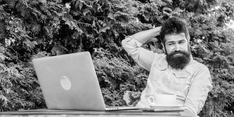 Lavoratore online di mass media Scriva l'articolo per la rivista online Uomo che cerca ispirazione Trovi l'argomento per scrivere fotografia stock